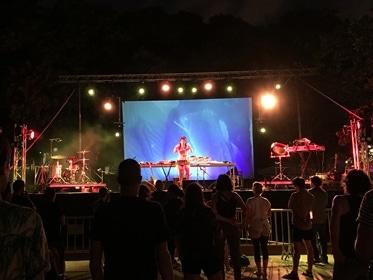 Festival de música electrónica en Cornellà con videoproyección y pantalla gigante