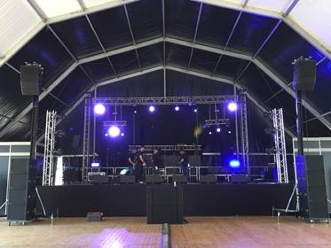 Equipo de sonido con altavoces d&b audiotechnik para un concierto de fiesta mayor